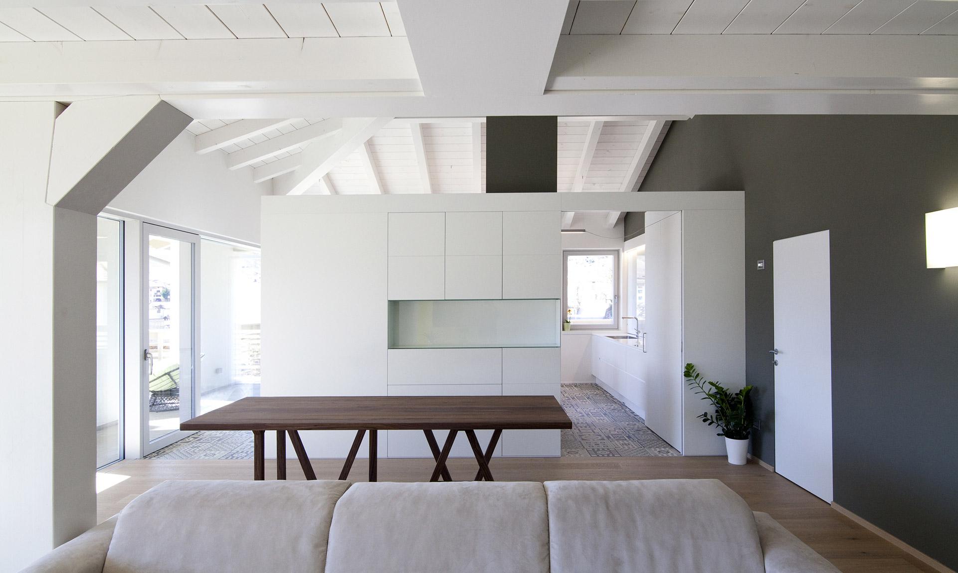 Salotto con tavolo, mobili e pavimento in legno Corazzolla Arredamenti