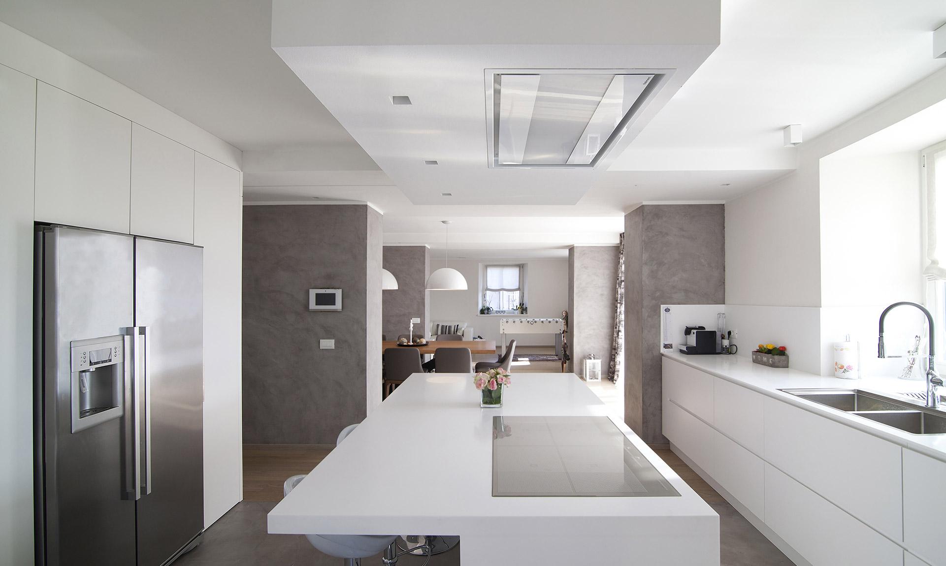 Cucina con penisola, mobili e pavimento in legno Corazzolla Arredamenti