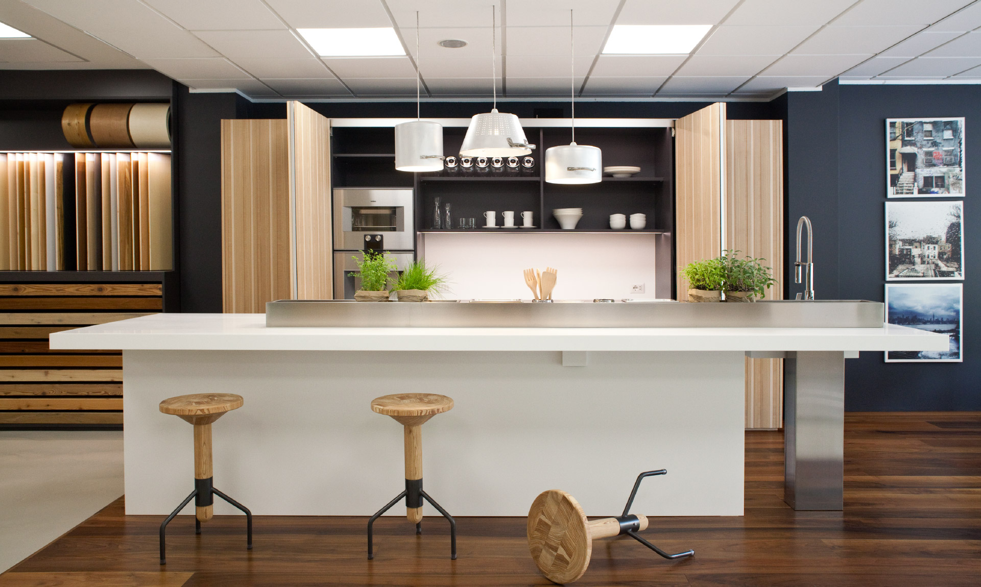 Cucina con penisola, mobili e pavimento in legno e acciaio Corazzolla Arredamenti