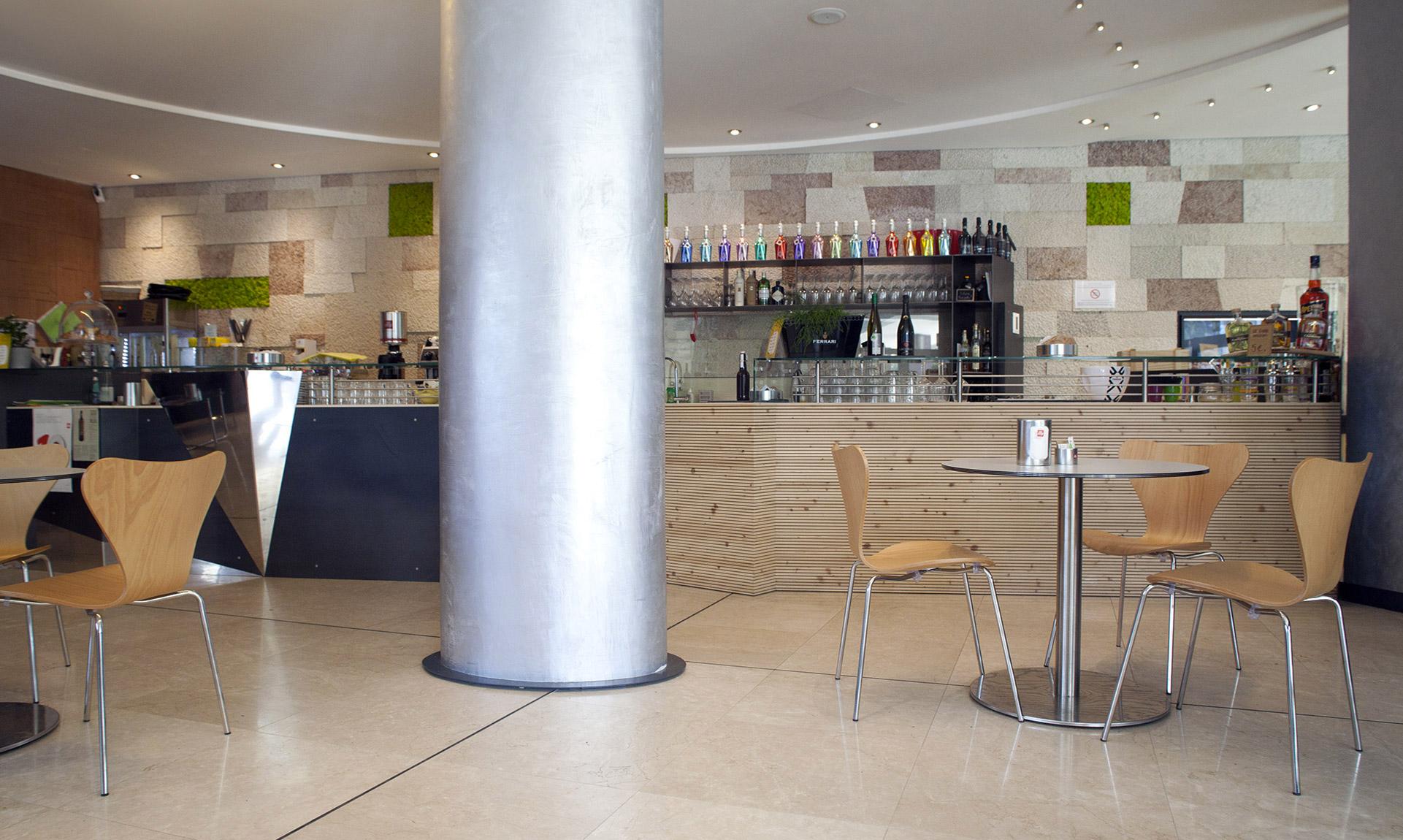 Bar con bancone e sedie in legno e particolari in acciaio Corazzolla Arredamenti