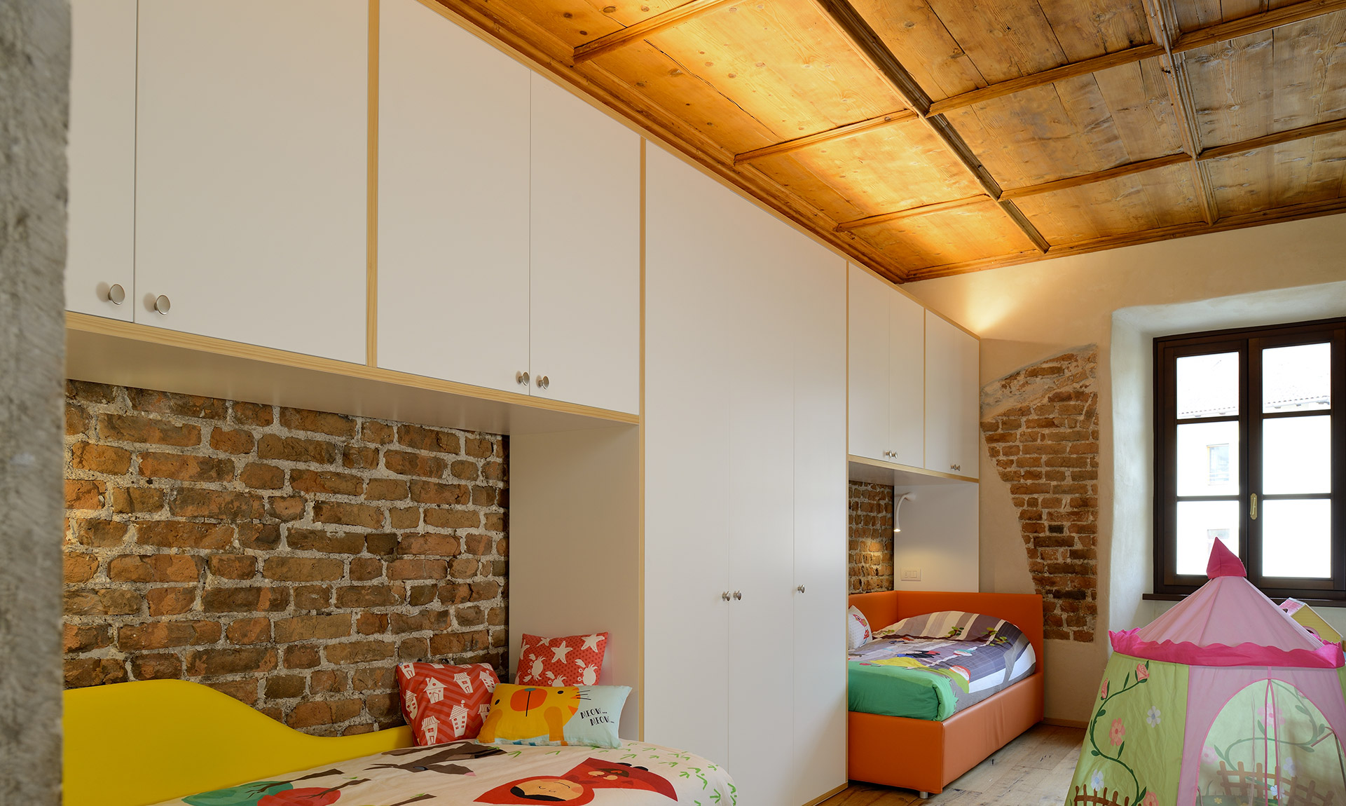 Camera bambini con mobile in legno Corazzolla Arredamenti