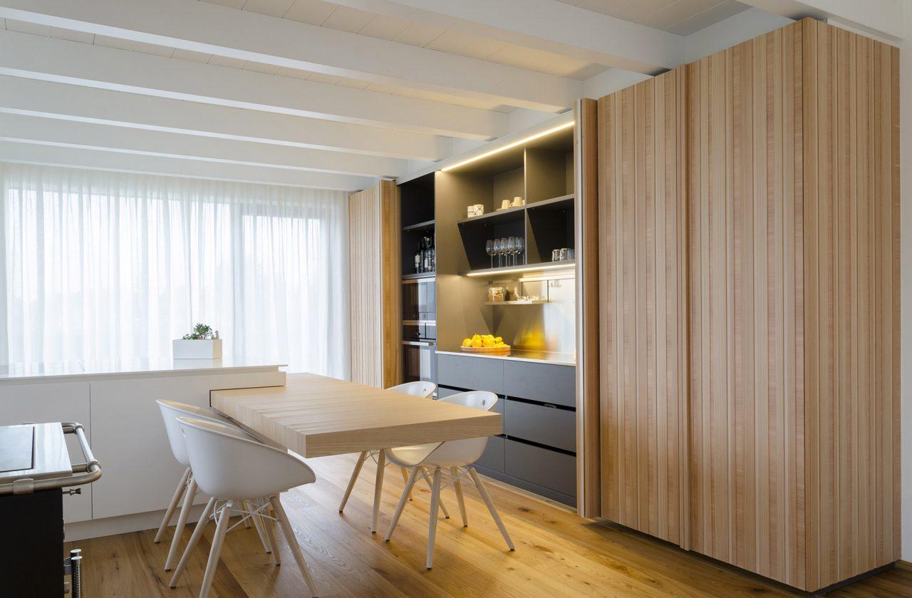 Cucina su misura stile nordico in legno di larice e faggio con isola - Corazzolla