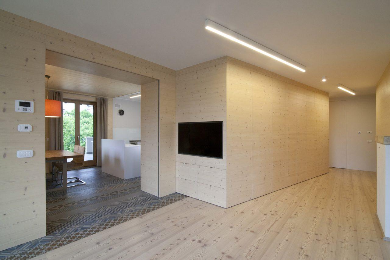 Arredo living in stile nordico in legno di abete con pavimento in legno Fiemme3000 - Corazzolla