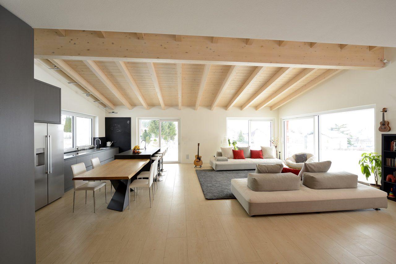 cucina su misura in legno di frassino e abete con isola - Corazzolla