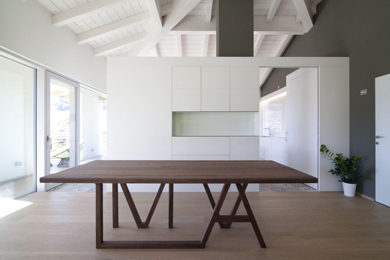 Cucina in laccato bianco con tavolo di legno noce - Corazzolla
