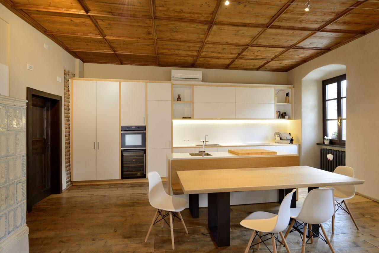 Cucina su misura in legno laccato bianco e abete con tavolo in rovere massiccio – Corazzolla