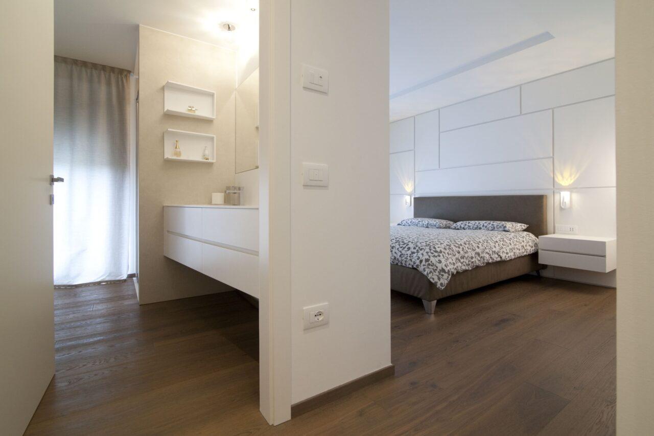 Arredo camera matrimoniale con boiserie in legno laccato bianco a poro aperto – Corazzolla