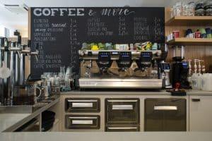 Arredo bar su misura in legno Baubuche e piano bancone in Marmotex – Corazzolla