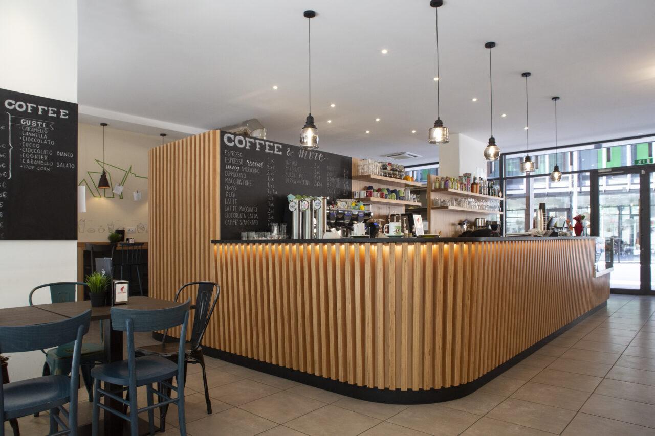Arredi bar su misura con bancone centrale in legno Baubuche - Corazzolla