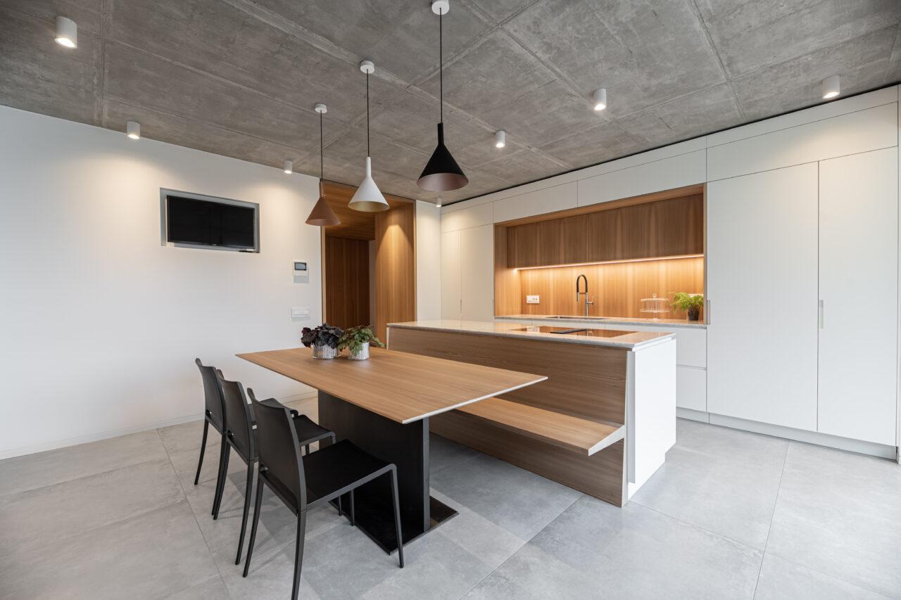 Cucina su misura con isola con tavolo e panca in legno di olmo e laccato bianco e piano lavoro in marmo di carrara - Corazzolla
